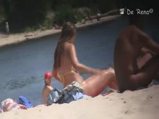 Секс с молодыми девушками и их парнями в разных позах прямо у пляжа