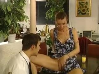 Секс со зрелой женщиной и мужчинами дома на диване очень нравится ей обоим