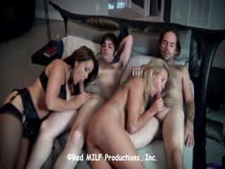 Порно видео со зрелыми женщинами и их любовниками дома на диване, что любят трахать