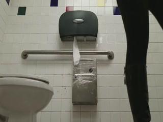 Смотреть порно онлайн в туалет с молодой брюнеткой на полу у туалета