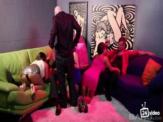 Порно видео ретро с участием двух женщин и одного мужчины дома на диване, что любят трахаться
