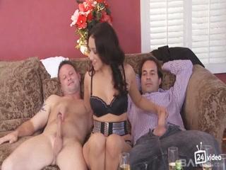 Смотреть порно видео зрелых дам с молодыми парнями - групповуха на троих!