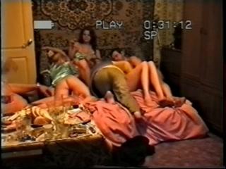 Мужик устроил секс втроем со зрелой блондинкой в чулках на диване дома у мужа-рогонос