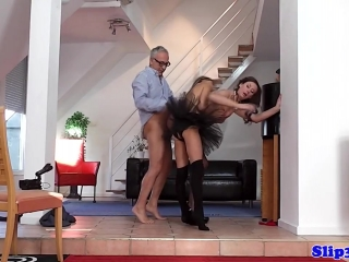 Две молодые девушки трахаются со страстным мужчиной на диване в пизду
