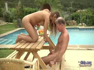 Секс со стройной девушкой в парке, на скамейке под дождем