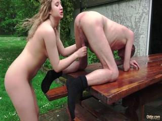 Секс с молодой девушкой, которая отсосала хуй у мужчины за деньги прямо возле