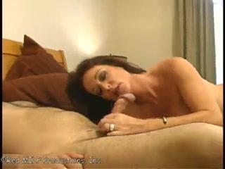 Секс со зрелой женщиной и ее молодым парнем дома на диване в киску, не снимая тру
