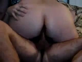 Сексуальная зрелая женщина с большой грудью дала парню в пизду на диване дома
