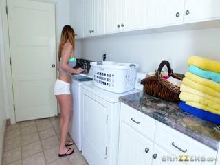 Секс молодой русской девушки в чулках на кухне после стирки вещей ее парнем