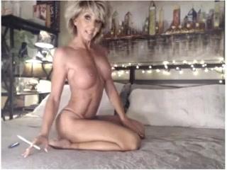 Зрелая блондинка показала сиськи и трахнула себя самотыком на камеру дома в ванной комнате