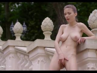 Русское порно видео с молодой девкой, которая любит дрочить пизду на камеру в туалете