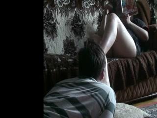 Девушка с красивой попой трахается со своим парнем на диване