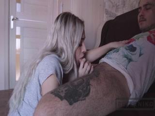 Русское порно видео с блондинкой на диване - парень трахает ее раком