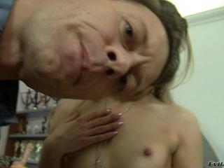 Молодая девушка ласкает свою киску и трахает себя фаллосом в пизду