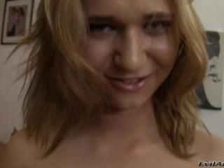 Русская девушка сосет и дает в попу парню, который кончает