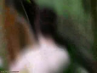 Секс со зрелой женщиной в чулках прямо за столом во дворе дома