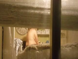 Зрелая женщина трахается со своим мужчиной на камеру дома у себя во дворе