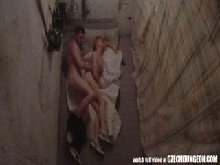 Секс молодых девушек с парнями на диване дома у них двоих очень классный