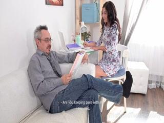 Мужик трахает молодую девушку в киску после того как она отсосала