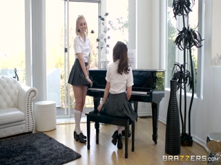 Порно видео с двумя девушками, которые трахаются со своим учителем по музыке в классе