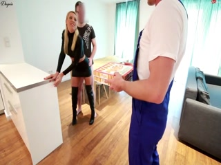 Мужики трахают девушку в жопу большим хуем после минета на диване дома