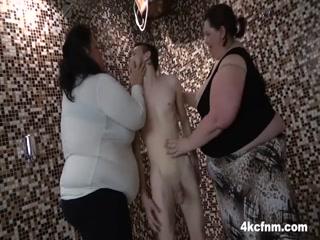 Толстые голые молодые девушки трахают парня, получая удовольствие от его члена у себя во рту