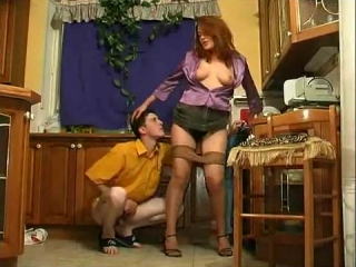 Мать трахается с сыном на кухне и сосет